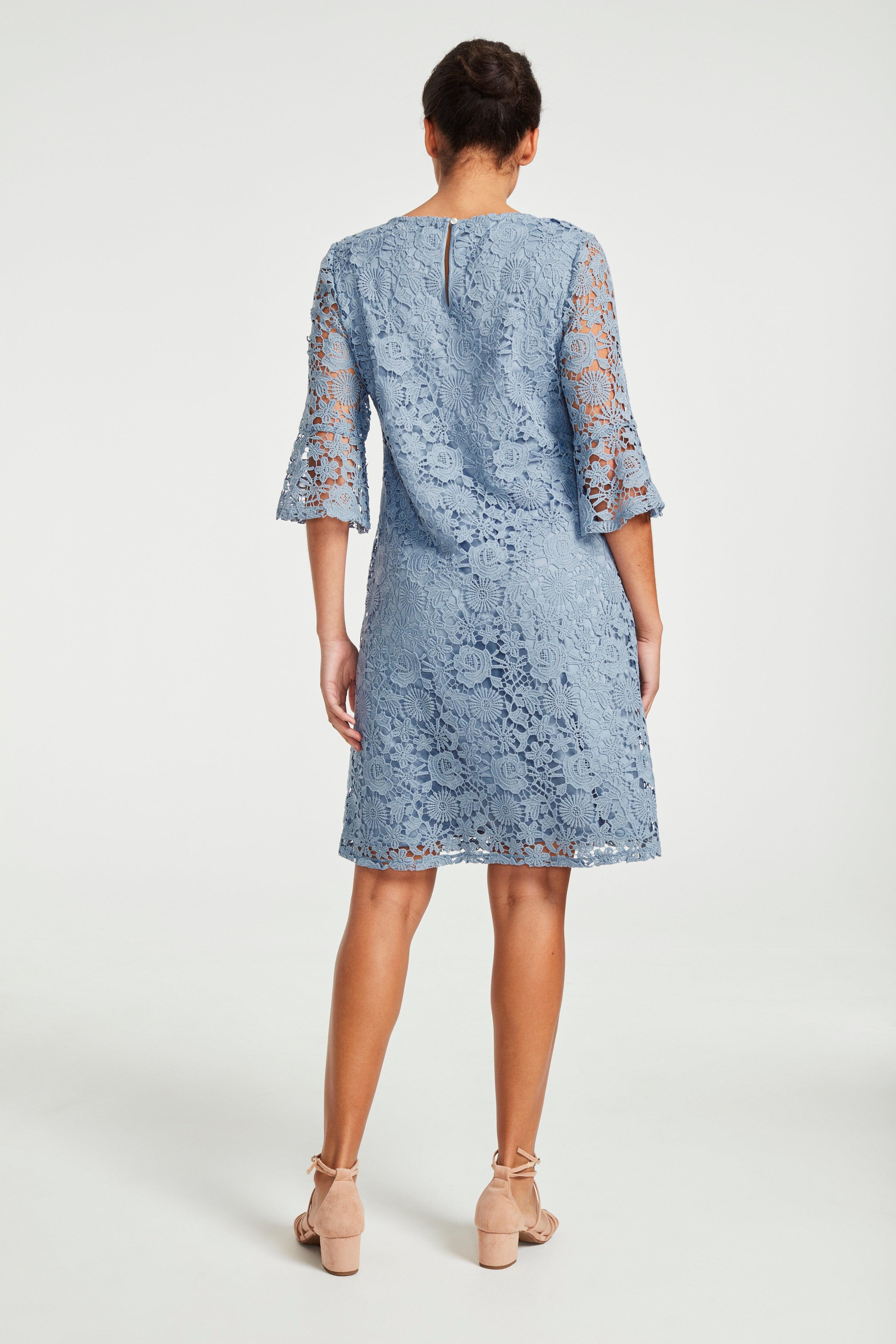Błękitna sukienka koronkowa