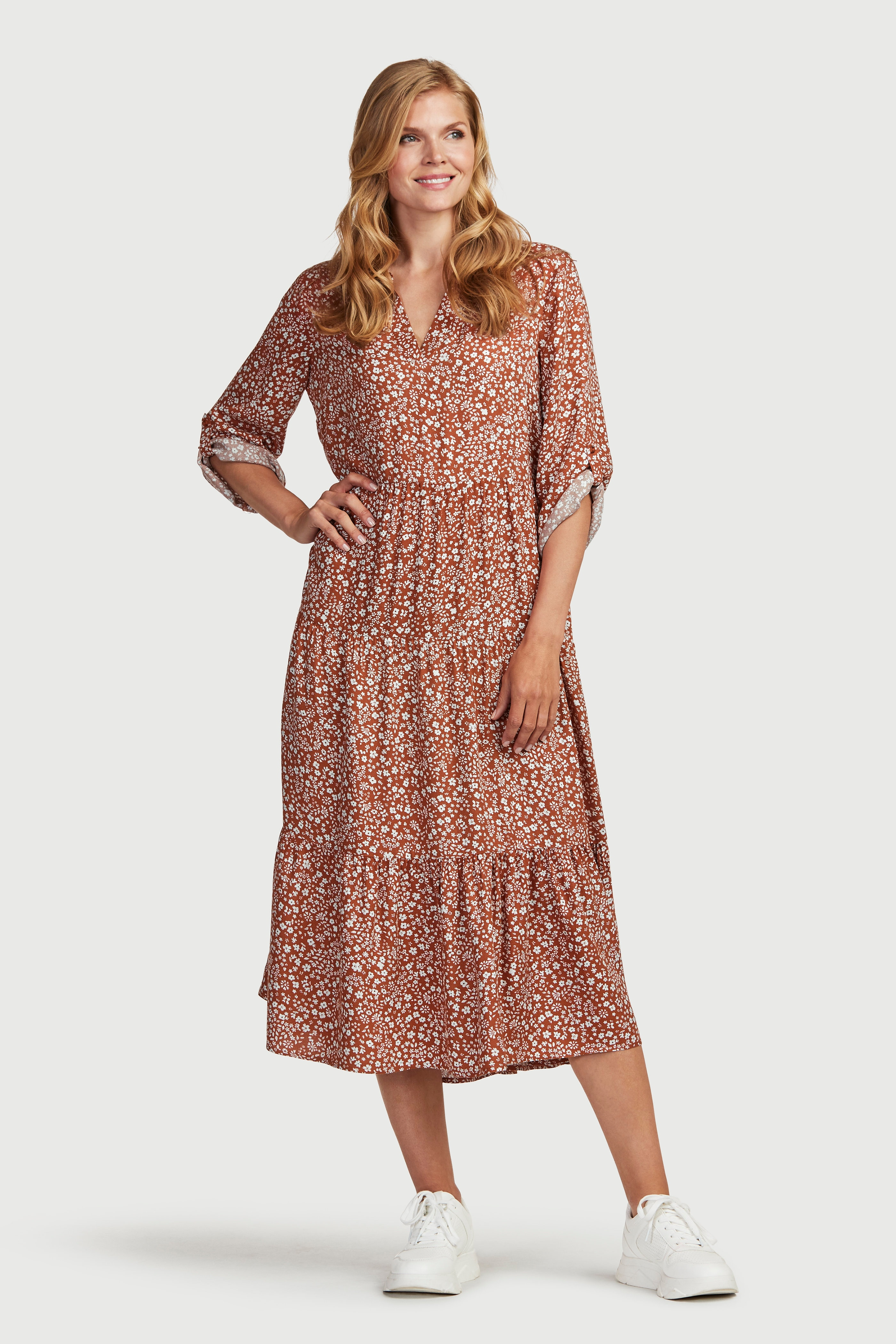 Wzorzysta sukienka z falbanami