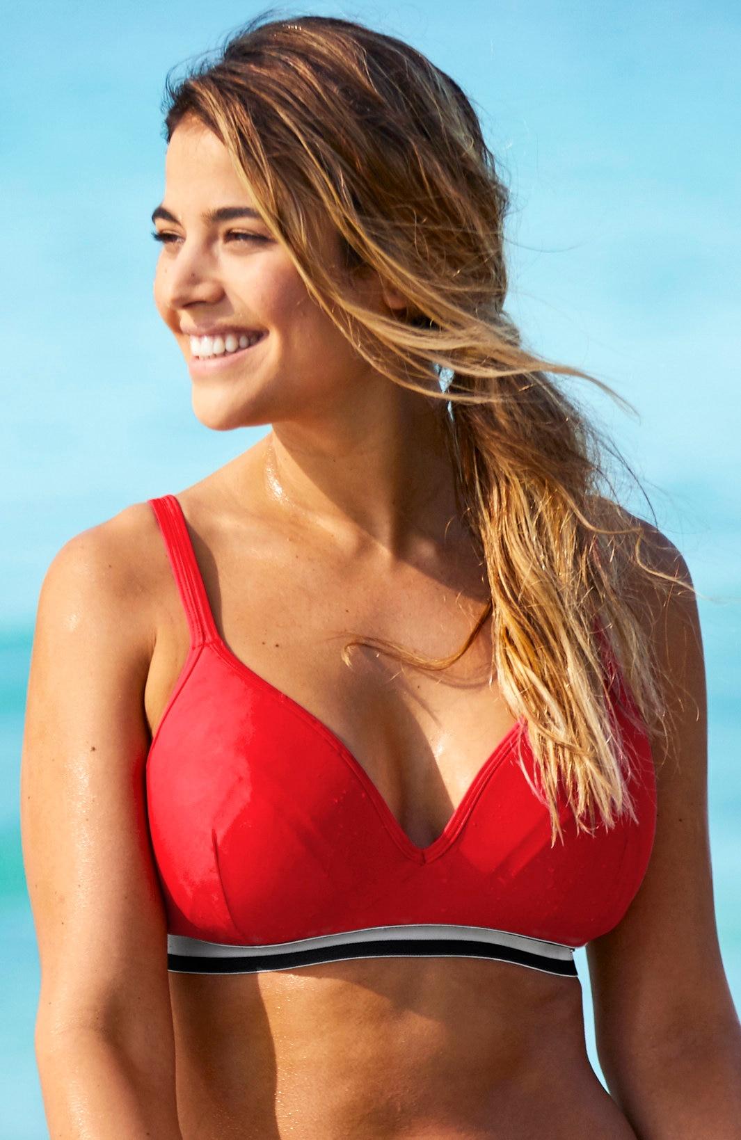 Czerwony biustonosz od bikini bez fiszbin